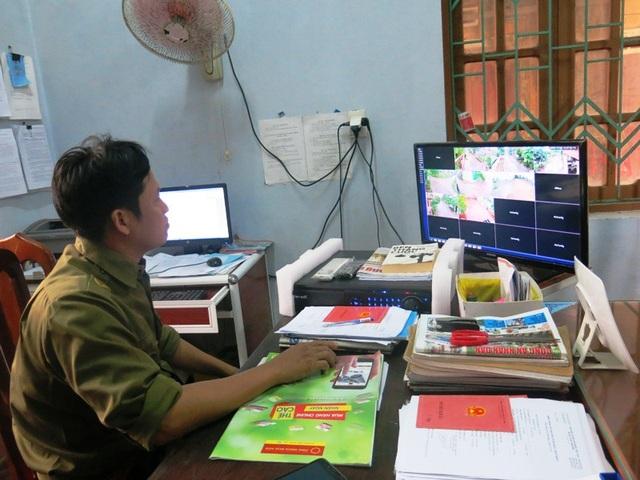 Lực lượng Công an xã đang theo dõi tình hình an ninh trên địa bàn qua hệ thống camera đặt ở phòng làm việc.
