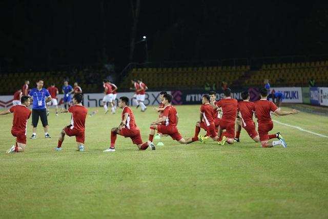 Các cầu thủ Việt Nam khởi động trước khi trận đấu diễn ra