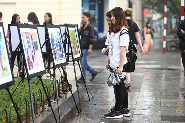 Triển lãm ảnh Khoảnh khắc Tình nguyện thu hút sự quan tâm của nhiều bạn trẻ có mặt tại phố đi bộ