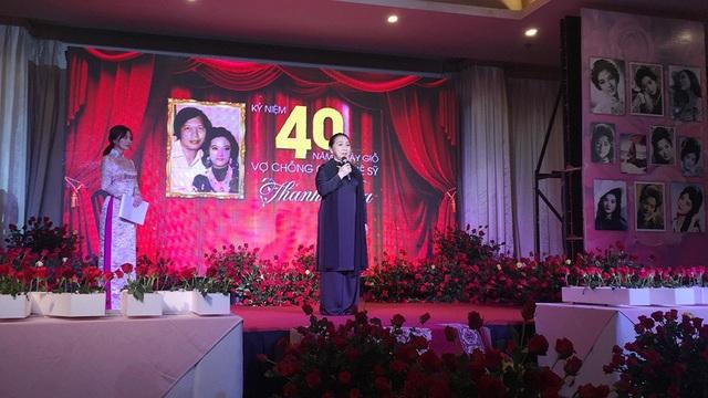 Phút tưởng niệm vợ chồng cố nghệ sĩ Thanh Nga, NSND Bạch Tuyết cũng đã bật khóc khi nhớ lại thời khắc nghệ sĩ Thanh Nga gắn huy hiệu giải Thanh Tâm lên ngực của mình.