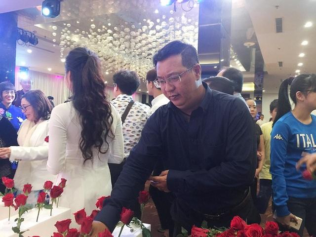 Con trai duy nhất của nữ nghệ sĩ Thanh Nga là Phạm Duy Hà Linh (nghệ sĩ hài Hà Linh) xúc động khi đón tiếp những người khách đến tưởng niệm mẹ mình.
