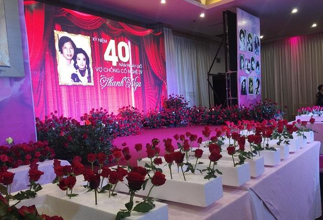 Theo nguyện vọng của gia đình, khách mời đều mang theo hoa hồng đến để nhớ về cố nghệ sĩ Thanh Nga - tài hoa một thời của nghệ thuật Việt Nam.