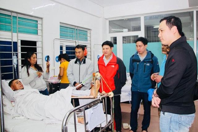 Các tình nguyện viên thăm, động viên bệnh nhân Nguyễn Mạnh Thường trước khi phẫu thuật.