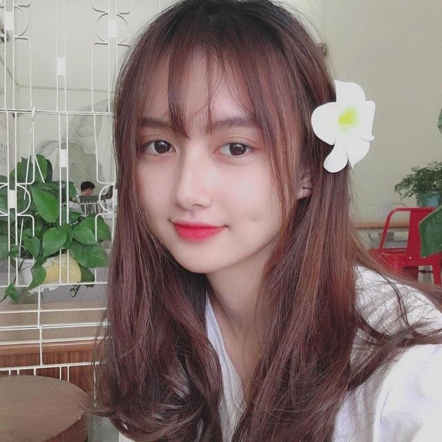 Bùi Mai Hương Uyên (sinh năm 1999) là nữ sinh nhận được sự quan tâm của cộng đồng mạng những ngày qua bởi gương mặt xinh xắn, chiếc mũi cao, thẳng tắp như con gái phương tây.