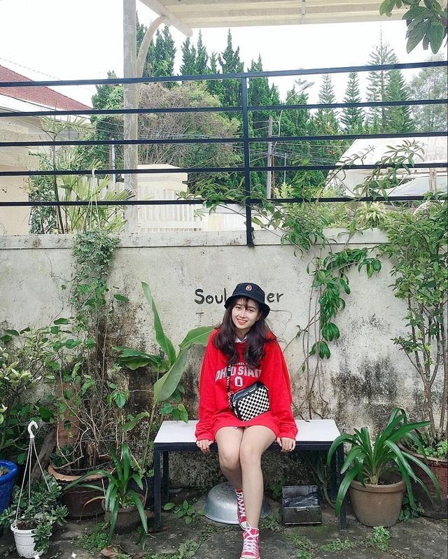 Được biết, Hương Uyên hiện đang sinh sống tại TP. Vũng Tàu, cô bạn là sinh viên năm nhất trường Đại học Bà Rịa - Vũng Tàu ngành Quản trị khách sạn.