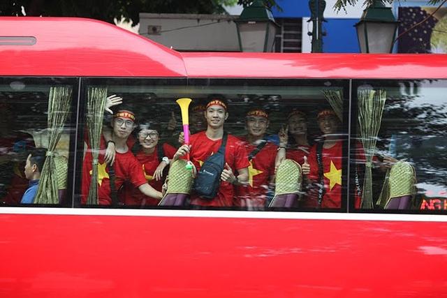 Ngay từ sáng sớm, tại Hà Nội nhiều CĐV Việt Nam với trang phục cờ đỏ sao vàng, đeo băng rôn, khẩu hiệu đã tập trung di chuyển lên sân bay Nội Bài để làm thủ tục sang Philippines.