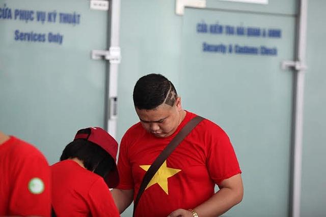 Một cổ động viên không chỉ gây ấn tượng bởi trang phục cờ đỏ sao vàng mà còn cắt tóc hình lá cờ tổ quốc để truyền lửa cho đội nhà giành chiến thắng.