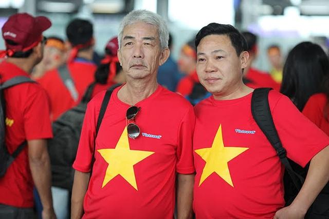 Một cổ động viên 70 tuổi ở Hà Nội mặc áo cờ đỏ sao vàng sang Philippines cổ vũ đội tuyển Việt Nam. Được biết, trước đó cổ động viên lớn tuổi này đã nhiều lần mua tour sang cổ vũ đội nhà tại Malaysia, Indonesia ở các giải đấu trước.