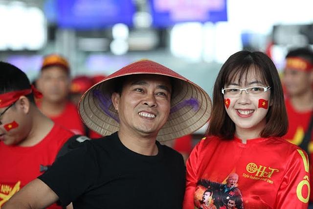 Hàng trăm cổ động viên Việt rợp cờ đỏ sao vàng sang Philippines cổ vũ bóng đá - 14
