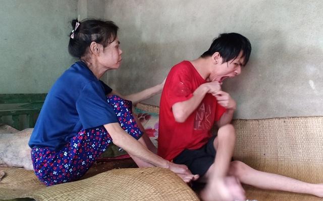 Cùng cực mẹ già mang bệnh sắp chết vẫn chăm con bại não từng ngày - 1