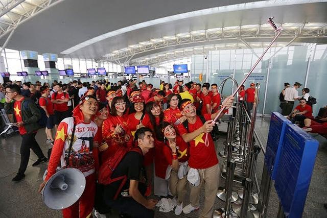 Trong các đoàn đi cổ vũ đội tuyển Việt Nam, có nhiều người hâm mộ ở các tỉnh xa như Quảng Ninh, Hải Dương, Hưng Yên… Tất cả đều có chung tâm trạng háo hức, hồi hộp khi được trực tiếp đến sân SVĐ Panaad (Bacolod, Philippines) để cổ vũ đội nhà.