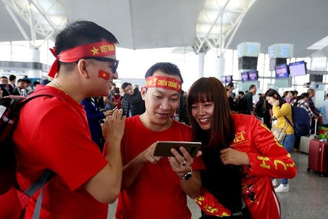 Nhóm cổ động Việt với trang phục nổi bật tại sân bay Nội Bài