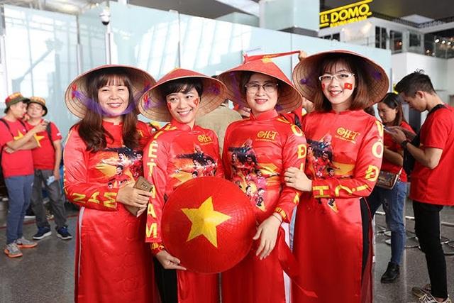 Nhóm cổ động viên nữ gây ấn tượng với trang phục áo dài truyền thống, nón lá in hình HLV Park Hang-seo và các thành viên đội tuyển Việt Nam.