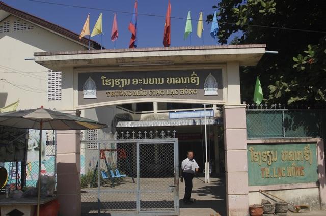 Trường học mang tên tiếng Việt, có đông đảo học sinh con em Việt kiều và con em người Lào theo học.