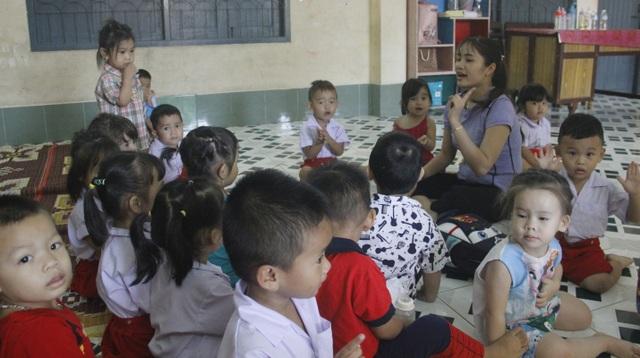 Buổi học của cô và cháu trường Mẫu giáo Lạc Hồng tại tại Savanakhet (Lào).
