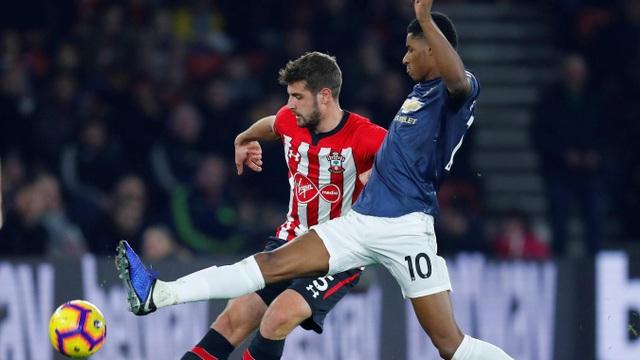 Rashford (phải) được đá cặp tiền đạo cùng Lukaku, anh khởi đầu trận đấu khá chệch choạc