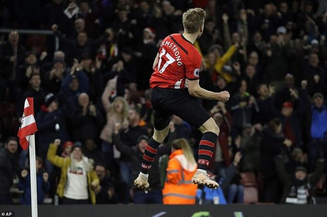 Niềm vui của cầu thủ tấn công của Southampton với bàn thắng vào lưới Man Utd