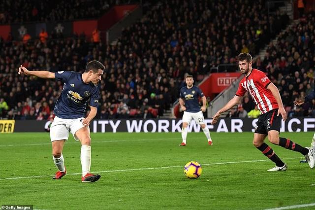 Herrera giúp Man Utd gỡ hòa 2-2 ở phút 38 với cú đánh gót điệu nghệ