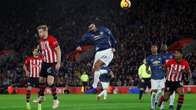 Trong hiệp hai, những cơ hội của Man Utd không rõ nét. Đội khách không chơi bóng bầu nhiều do Fellaini ít khi dâng cao tấn công