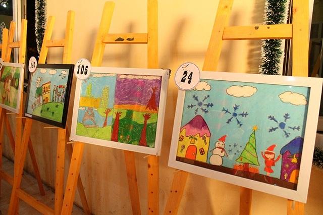 Những bức tranh do các em nhỏ vẽ được đấu giá làm từ thiện.