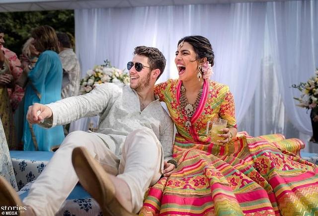 Priyanka Chopra và Nick Jonas chia sẻ những hình ảnh đầu tiên trong đám cưới của họ. Cặp đôi lệch tuổi mới chính thức hẹn hò từ tháng 5