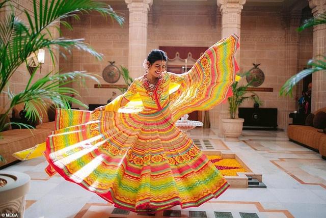 Nick Jonas và Priyanka Chopra kết hôn ở Jodhpur, Rajastha ở Ấn Độ vào thứ bảy. Hôn lễ của họ kéo dài 3 ngày và còn có 1 buổi lễ theo kiểu phương Tây