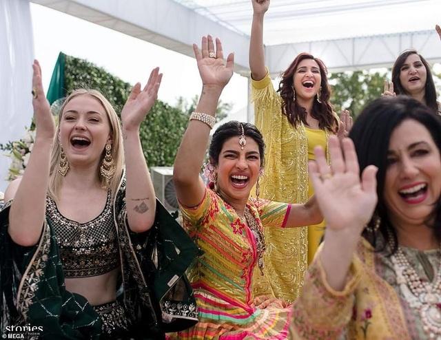 Cô dâu 36 tuổi mặc một chiếc váy màu sắc tuyệt đẹp và đeo đồ trang sức truyền thống của Ấn Độ