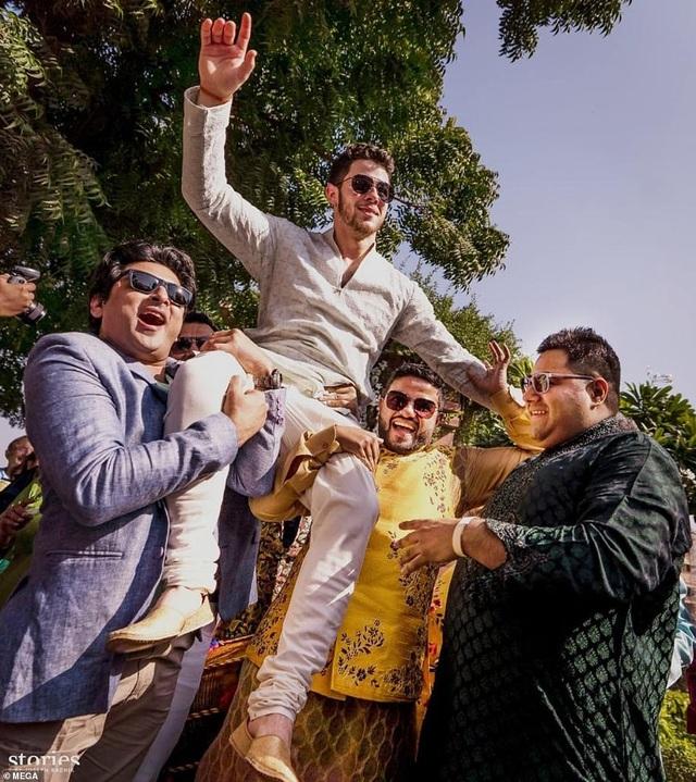 Chú rể 26 tuổi ăn mừng hôn lễ theo truyền thống Ấn Độ