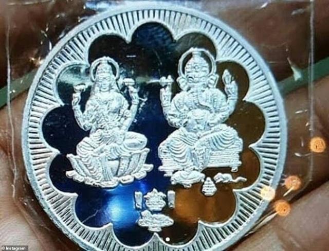 Cặp đôi đặt làm cả những đồng tiền bạc xinh đẹp tặng khách
