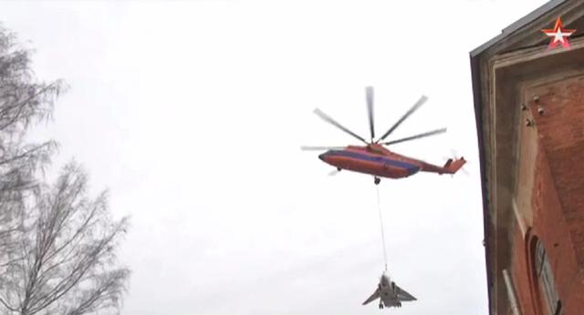 Trực thăng vận tải Mi-26 nâng máy bay chiến đấu Su-24. (Ảnh: Sputnik)