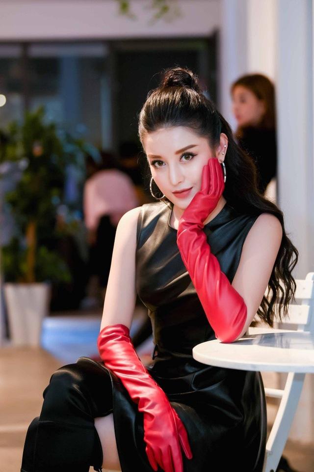 Để hoàn thiện diện mạo của mình, Huyền My chọn trang phục da gam màu đen, đeo găng tay màu đỏ quyền lực. Cô lựa chọn cách buộc tóc cao và đeo khuyên tai tinh nghịch. Có thể nói, giữa một rừng mỹ nhân, Huyền My nổi bật bởi vẻ đẹp cá tính của mình. Huyền My được bố đưa đón đến sự kiện bằng ô tô sang trọng.