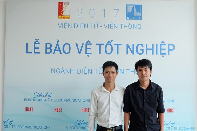 Tháng 10/2017, Vinh (áo trắng) đã bảo vệ tốt nghiệp tại trường ĐH Bách khoa Hà Nội