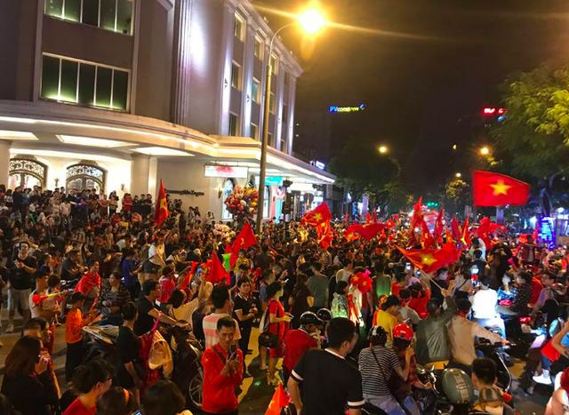 Tràn ngập cờ đỏ sao vàng trên đường phố Hà Nội
