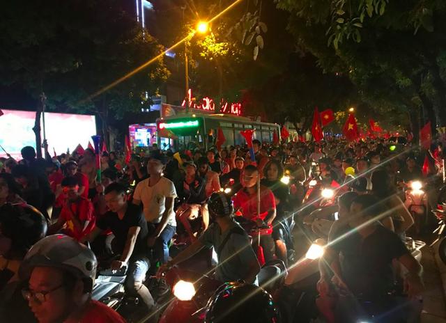 Người dân cả nước sôi động mừng chiến thắng của đội tuyển Việt Nam - 13