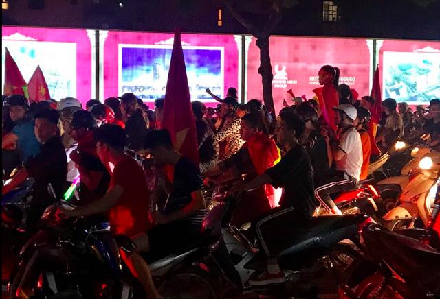 Người dân cả nước sôi động mừng chiến thắng của đội tuyển Việt Nam - 12