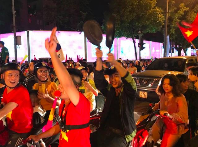 Người dân cả nước sôi động mừng chiến thắng của đội tuyển Việt Nam - 16