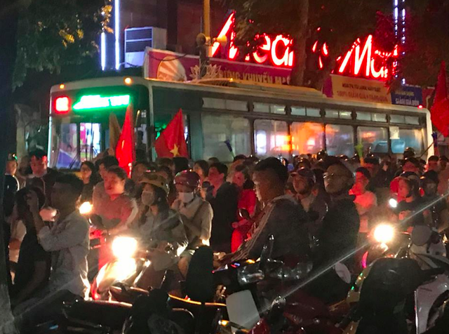 """Chiếc xe buýt """"chôn chân"""" trên đường Hai Bà Trưng vì dòng người đổ ra đường ăn mừng chiến thắng của Tuyển Việt Nam trước Tuyển Philipines"""