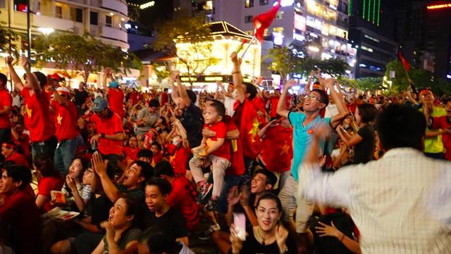 Người dân cả nước sôi động mừng chiến thắng của đội tuyển Việt Nam - 19