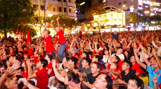 Người dân cả nước sôi động mừng chiến thắng của đội tuyển Việt Nam - 18