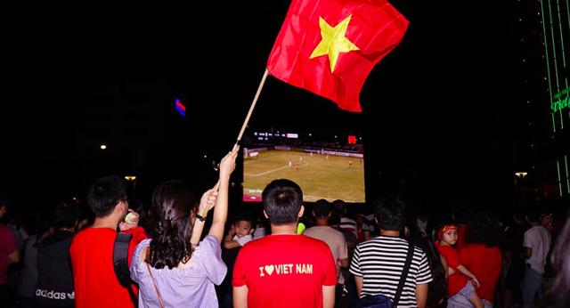 Hàng ngàn cổ động viên có mặt trên tuyến phố đi bộ Nguyễn Huệ để cùng xem trận đấu Việt Nam - Philipines