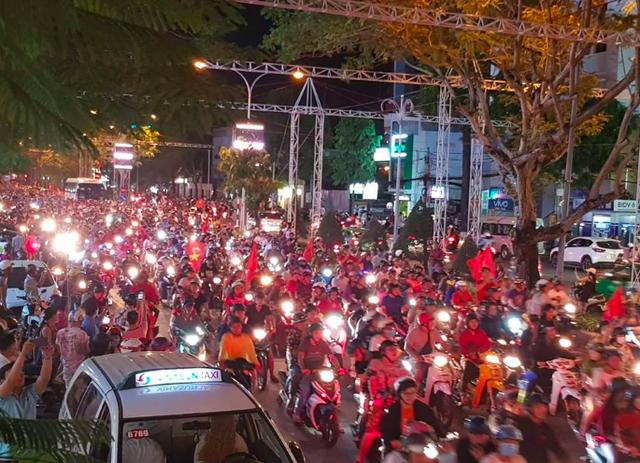 Người dân xuống đường ăn mừng chiến thắng của Tuyển Việt Nam trước Phillipines tại đại lộ Hoà Bình và Công viên Lưu Hữu Phước Cần Thơ. (Ảnh: Phạm Tâm)