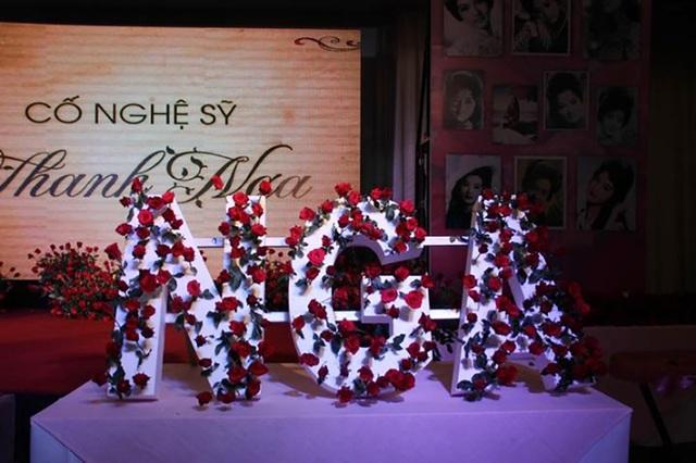 Những người thân trong gia đình nghệ sĩ Thanh Nga như Hà Linh, Hữu Châu lặng lẽ xúc động không nói nên lời. Dòng chữ Thanh Nga trên lễ đài đã được phủ kín bằng những đóa hoa hồng đỏ.