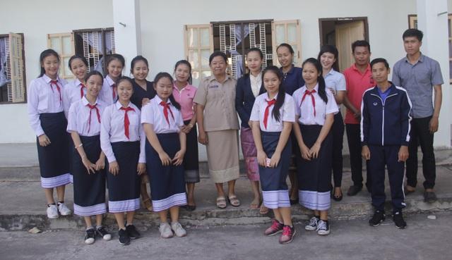 Cán bộ, giáo viên và học sinh tại trường Thống Nhất.