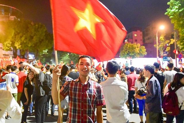 Anh Đoàn đến từ Hải Dương cho biết tôi lên Hà Nội để xem bóng đá cùng bạn bè, khi đội tuyển nhà chiến thắng tôi lên khu vực Hồ Gươm để ăn mừng chiến thắng.
