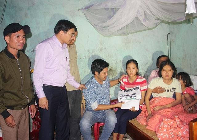 PV Dân trí cùng lãnh đạo địa phương trao quà bạn đọc cho mẹ con chị Phương.