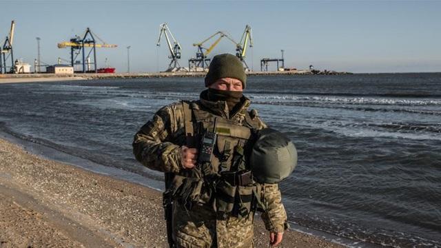 Ukraine ban bố tình trạng thiết quân luật tại các khu vực giáp Nga sau vụ tàu hải quân bị bắt giữ. (Ảnh: Reuters)