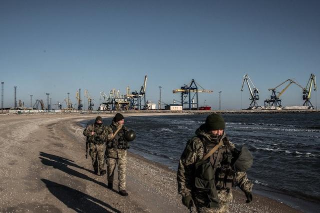 Lực lượng Biên phòng Ukraine tuần tra dọc biển Azov. (Ảnh: Getty)