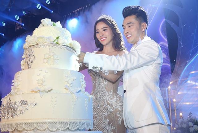 Cặp đôi cắt bánh để thực hiện nghi thức trong hôn lễ