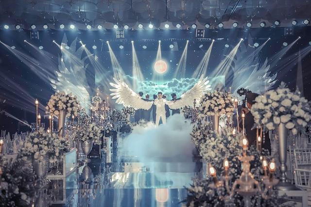 Tiết mục mở màn với những cánh chim ưng kết hợp tạo khối 3D và khói lạnh lan tỏa mang đến sự sang trọng, huyền bí nhưng lại tinh tế và ngọt ngào. Ưng Hoàng Phúc thể hiện ca khúc Giấc mơ một cuộc tình để tặng vợ.