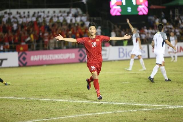 Văn Đức ăn mừng bàn thắng nâng tỷ số lên 2-1